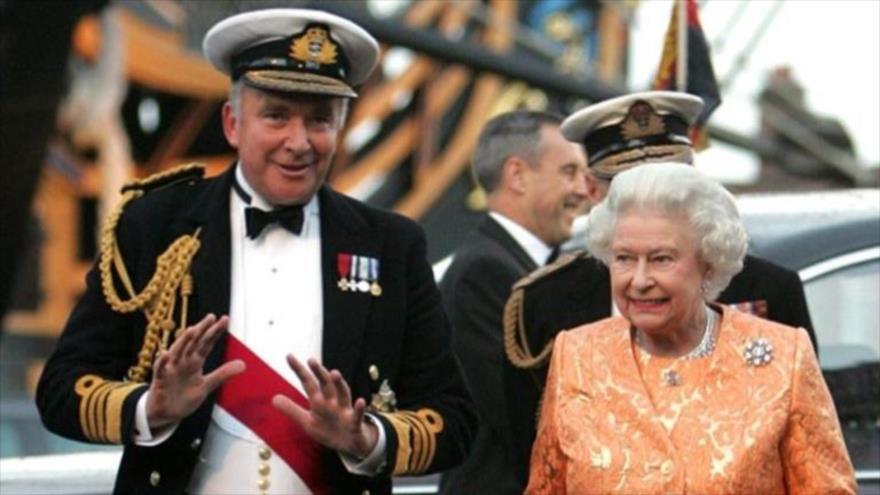 El almirante lord Alan West, al lado de la reina Isabel, del Reino Unido, tras una gira por Asia Occidental.
