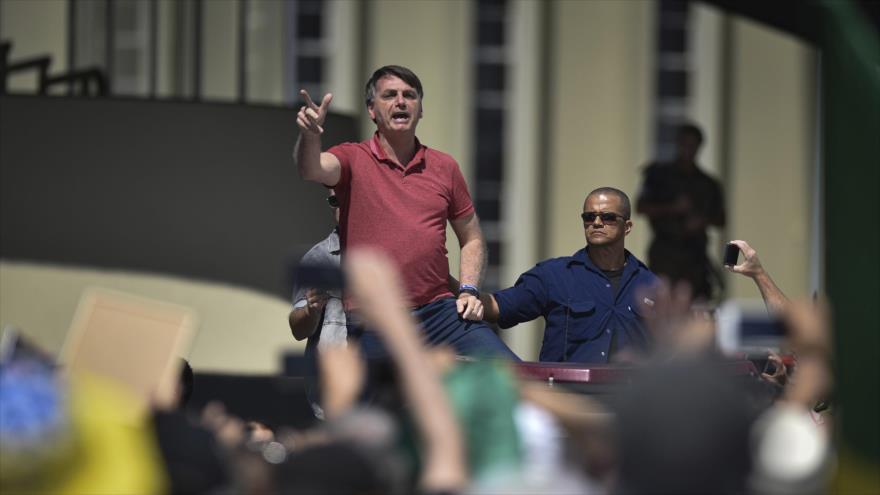 El presidente de Brasil, Jair Bolsonaro, ofrece un breve discurso frente al Cuartel General del Ejército, 19 de abril de 2020.