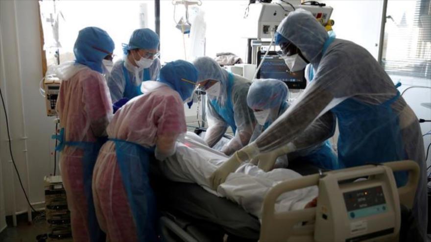 El personal de la salud atiende a un paciente con coronavirus en un hospital de Francia.