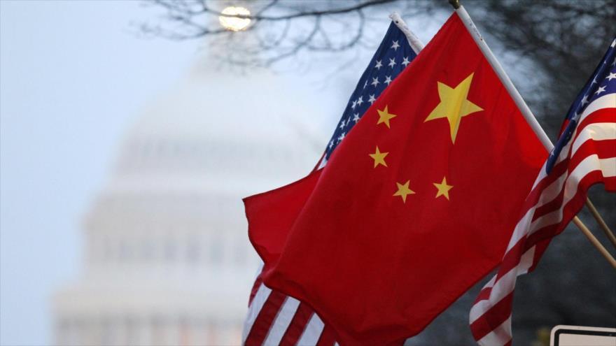 Las banderas de China y Estados Unidos.