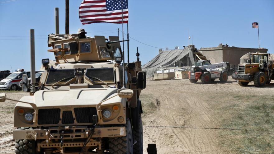 Un soldado estadounidense viaja en un vehículo blindado detrás de una barrera de arena en la ciudad de Manbij, norte de Siria, 4 de abril de 2018.