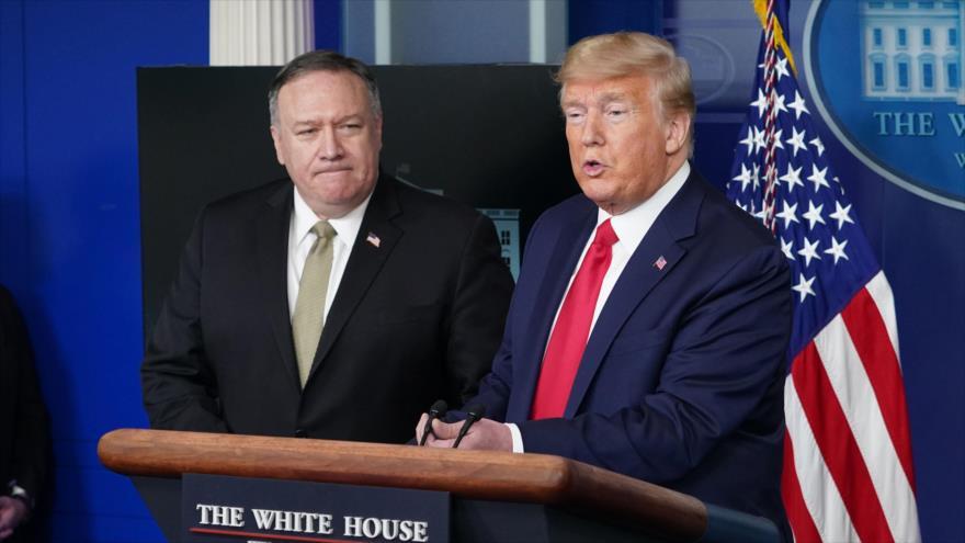 El presidente de EE.UU., Donald Trump (dcha.), y su secretario de Estado, Mike Pompeo, en la Casa Blanca, 8 de abril de 2020. (Foto: AFP)