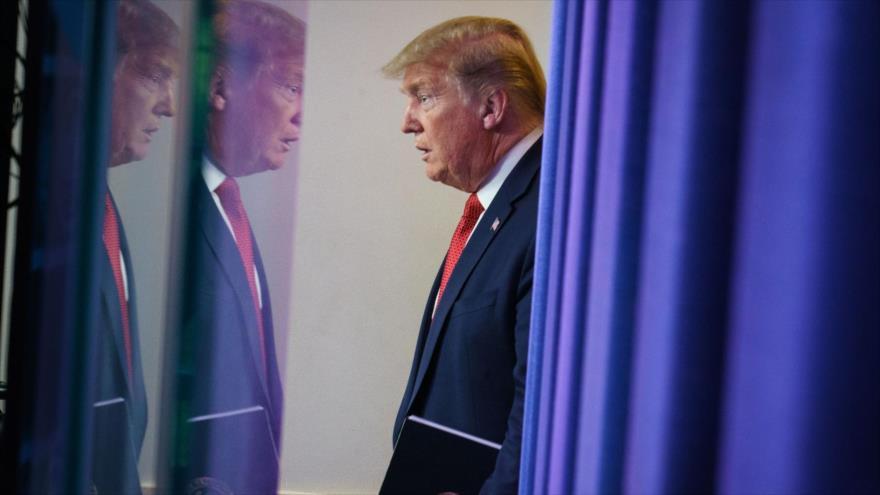 El presidente de EE.UU., Donald Trump, accede a la sala de la rueda de prensa de la Casa Blanca para dar una conferencia a los medios de comunicación.