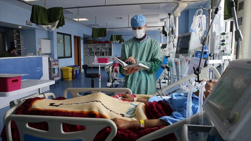 Un enfermero atiende a un paciente infectado con COVID-19 en un hospital en la ciudad de Qom, sur de Teherán (capital), 29 de abril de 2020. (Foto: Fars)
