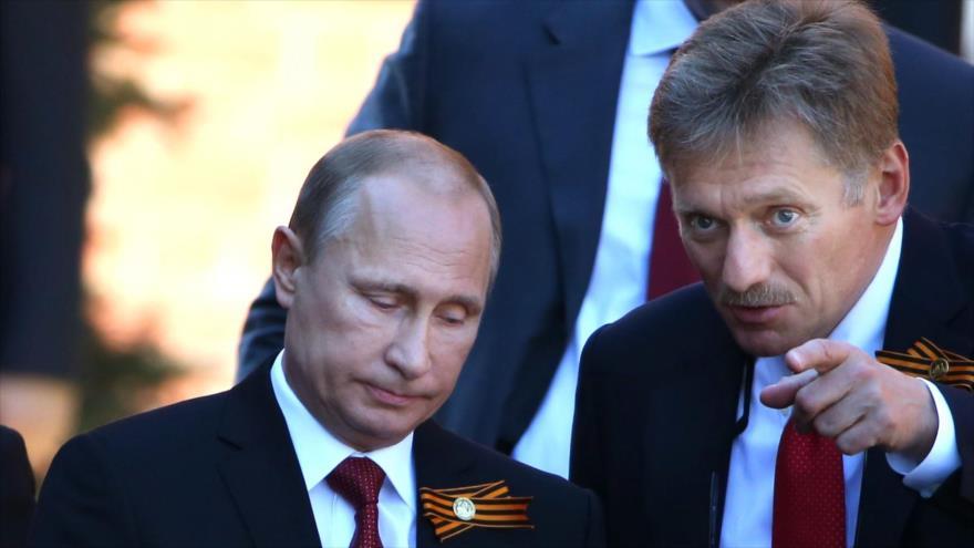 El presidente ruso, Vladimir Putin (izda.), junto a su portavoz, Dmitri Peskov.