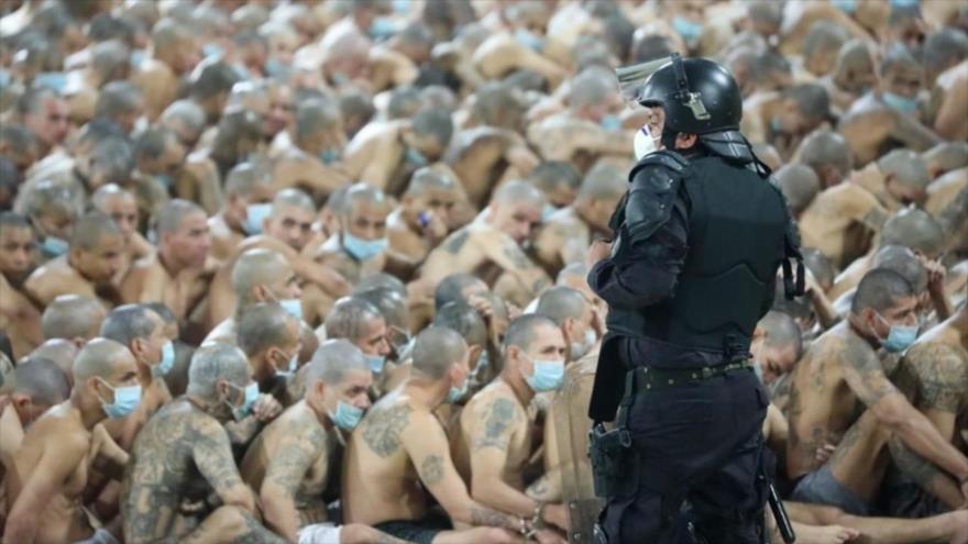 Un agente policial vigila a presos de varias pandillas en El Salvador. (Foto: Presidencia El Salvador)