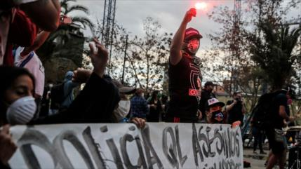 Chilenos protestan en medio de COVID-19 contra la Policía y Piñera
