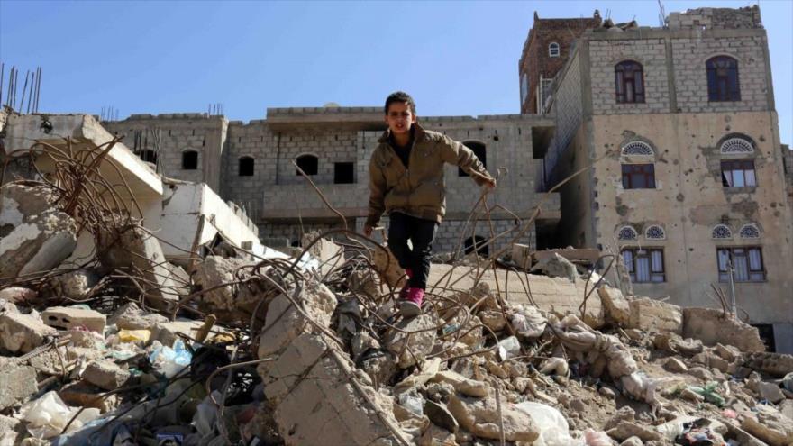 Niño yemení camina entre los escombros de un edificio destruido por un ataque aéreo saudí a Saná, capital yemení.