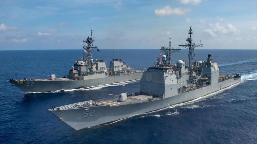 El crucero de misiles guiados USS Bunker Hill (frente) y el destructor USS Barry en el mar del Sur de China, 18 de abril de 2020. (Foto: US Navy)