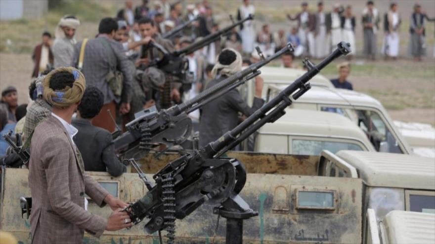 Combatientes del movimiento popular yemení Ansarolá sobre vehículos equipados con ametralladoras en la capital Saná.