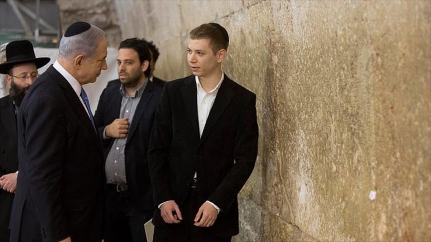 El primer ministro israelí, Benjamín Netanyahu, y su hijo mayor, Yair (dcha.), en el Muro de las Lamentaciones en la Ciudad Vieja de Al-Quds (Jerusalén).