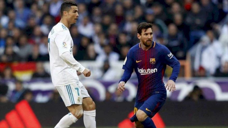 El argentino Lionel Messi (dcha.) y el portugués Cristiano Ronaldo durante un partido de fútbol.