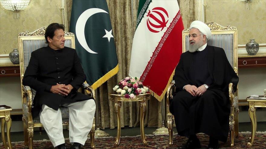 El presidente iraní, Hasan Rohani (dcha.), y el premier paquistaní, Imran Jan, en Teherán, 22 de abril de 2019.