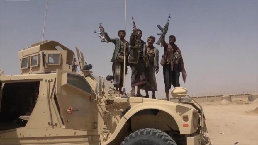 Combatientes del movimiento popular yemení Ansarolá capturan un tanque de las tropas prosaudíes en la provincia de Al-Yauf, norte de Yemen.