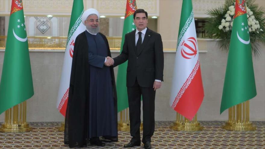 El presidente iraní, Hasan Rohani (izq.), y su par de Turkmenistán, Gurbangulí Berdimujamédov, en Asjabad, 27 de marzo de 2018.