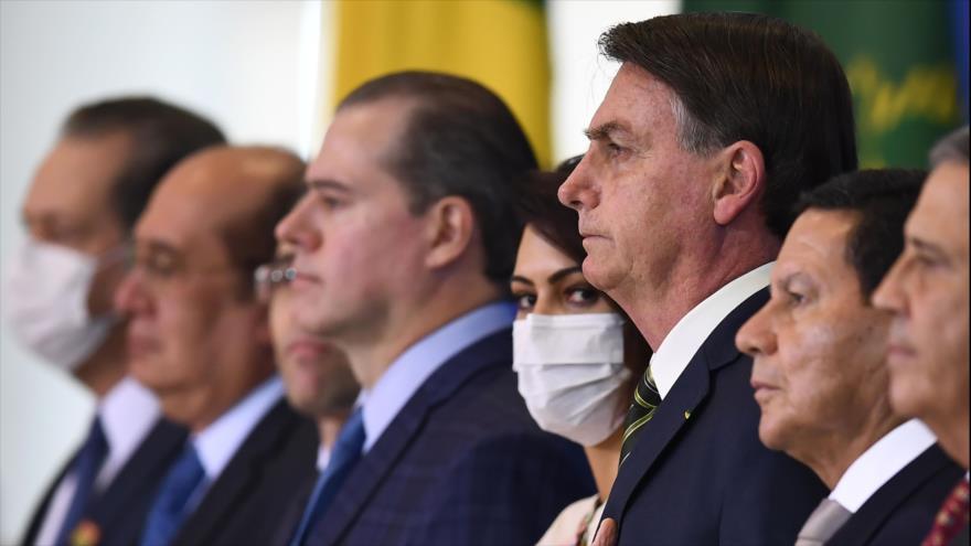 El presidente brasileño, Jair Bolsonaro, su esposa Michelle, en la ceremonia de asunción de André Mendonca, 29 de abril de 2020. (FOTO: AFP)