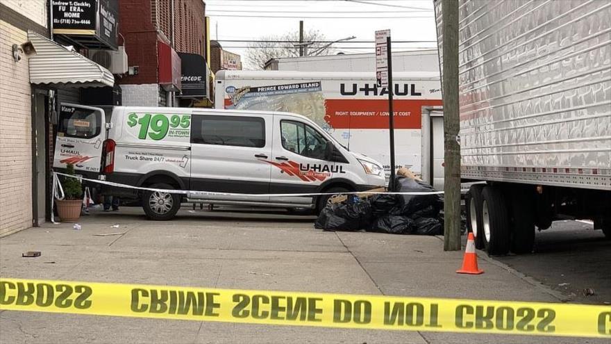 Camiones en que habían colocado decenas de cadáveres fuera de una funeraria del distrito de Brooklyn, Nueva York, 29 de abril de 2020.