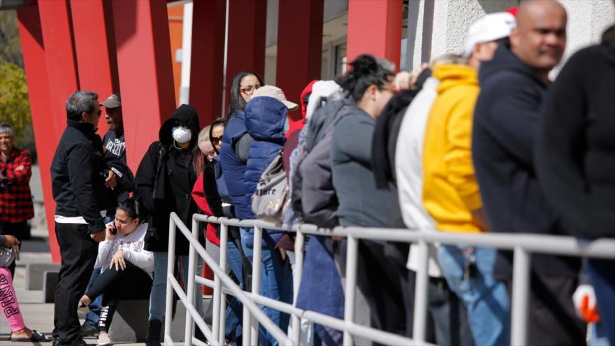 La gente espera en una fila para pedir subsidios por desempleo, Las Vegas, EE.UU., marzo de 2020.
