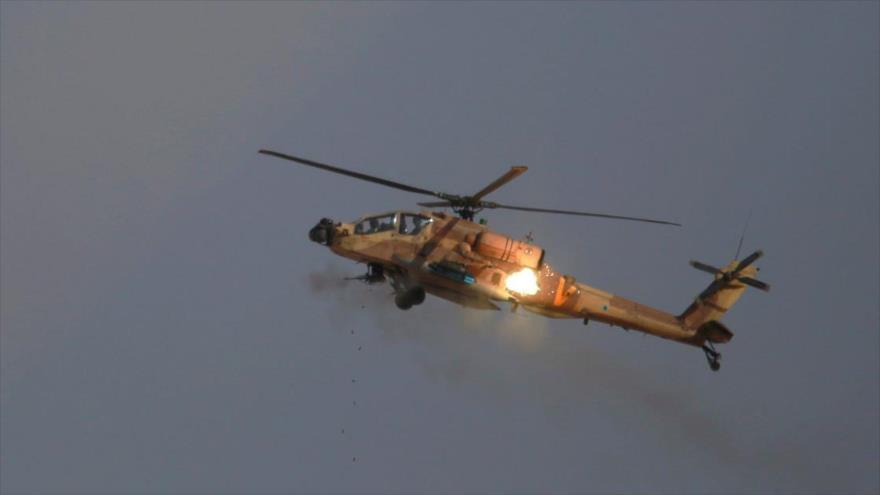 Helicóptero israelí lanza misiles en pleno vuelo.