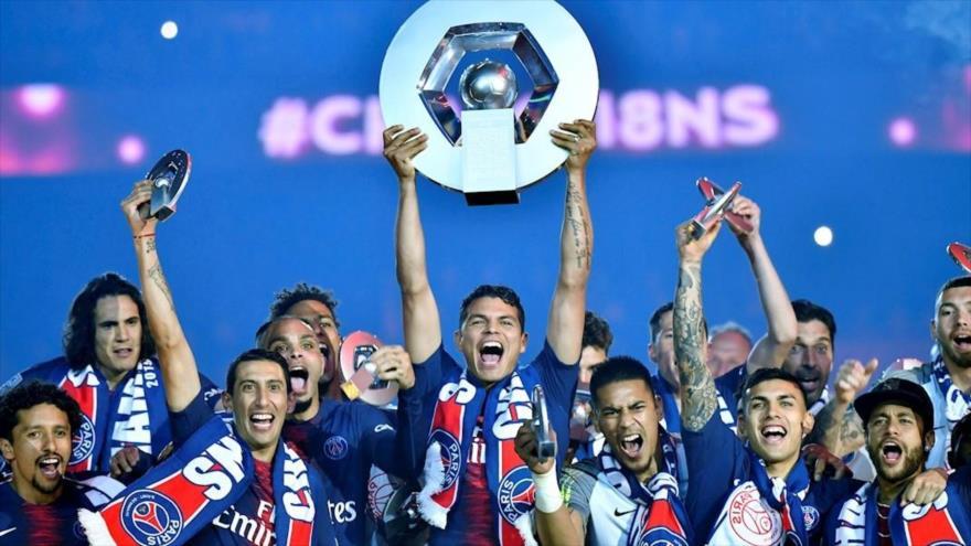 Los jugadores del Paris Saint Germain celebran el campeonato de la liga francesa.