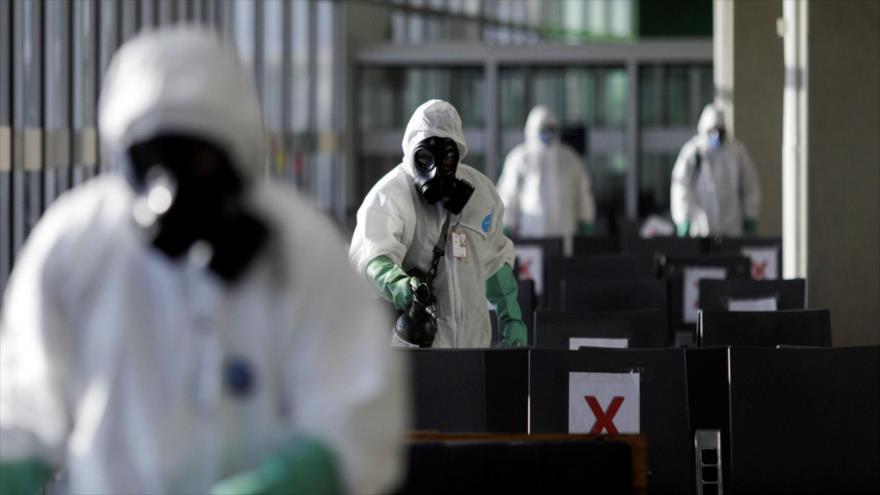 Los soldados brasileños desinfectan el aeropuerto internacional de Río de Janeiro, 24 de abril de 2020. (Foto: Reuters)