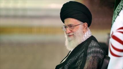 Líder iraní felicita el día del maestro a los educadores del país