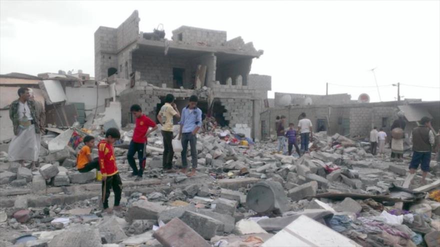 Niños yemeníes buscan entre los escombros de un edificio destruido por un ataque saudí al puerto Al-Hudayda, en el oeste de Yemen.