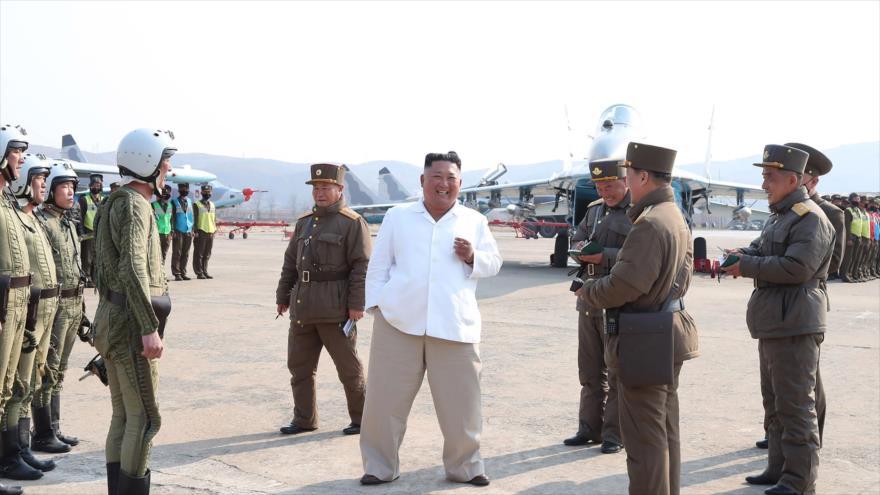 Líder de Corea del Norte, Kim Jong-un, inspecciona un grupo de militares norcoreanos en un zona en el oeste del país. (Foto: KCNA)