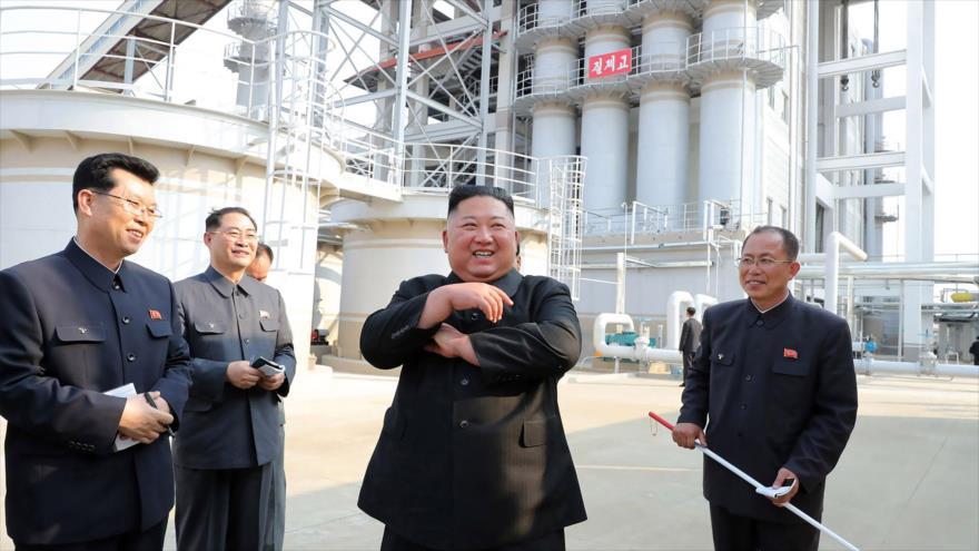 Líder de Corea del Norte, Kim Jong-un, visita una fábrica de fertilizantes en la provincia de Pyongan del Sur, 1 de mayo de 2020. (KCNA)