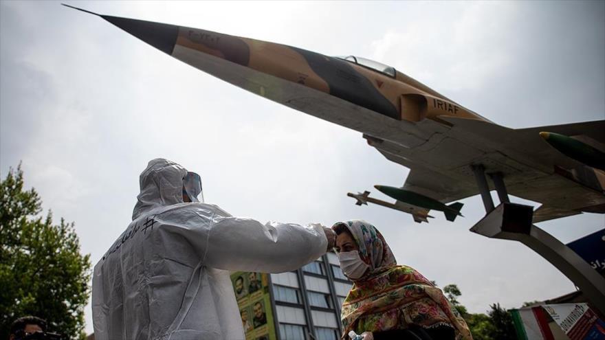 Un miembro de la Fuerza Aérea del Ejército de Irán controla la fiebre de una ciudadana en Teherán, capital persa, 17 de abril de 2020. (Foto: Farsnews)