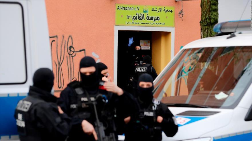 Agentes de Policía alemana registran la asociación Al-Irschad, durante una operación contra el Hezbolá en Berlín, 30 de abril de 2020. (Foto: AFP)
