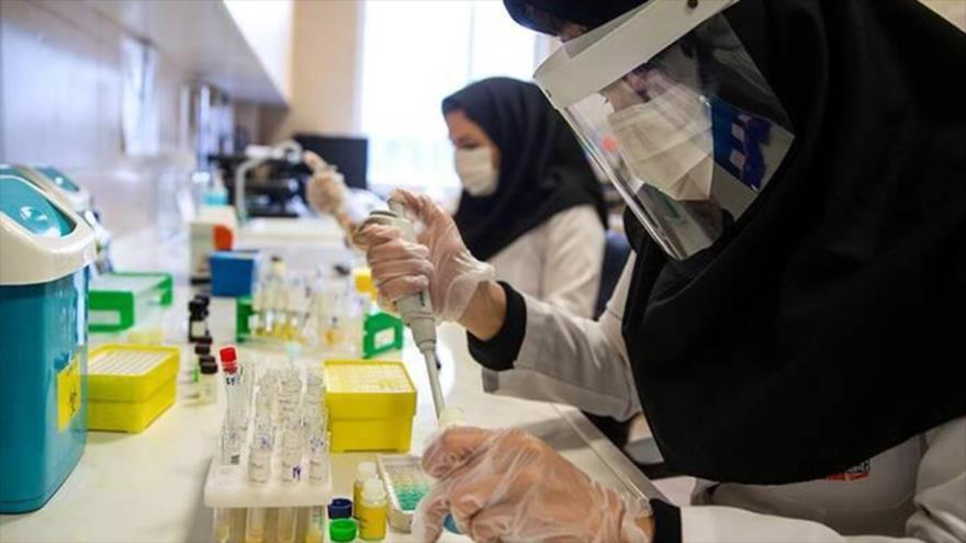 Expertos iraníes trabajan en el análisis de pacientes infectados con el nuevo coronavirus, causante de la COVID-19, en un laboratorio en Teherán.