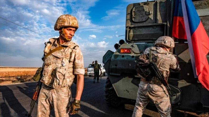 Agentes de la Policía rusa patrullan una región en el noreste de Siria.