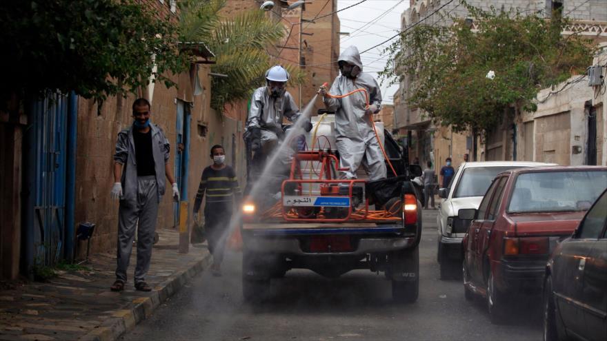 Trabajadores desinfestan calles en Saná, capital yemení, como parte de medidas para contrarrestar COVID-19, 6 de mayo de 2020. (Foto: AFP)