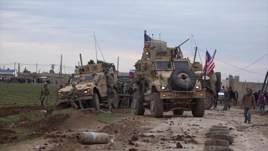 Las fuerzas militares estadounidenses y rusas en la ciudad siria de Al-Qamishli, febrero de 2020.