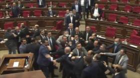 Vídeo: Bochornosa pelea a puñetazos en el Parlamento armenio
