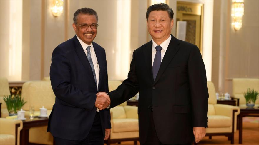 El director general de la OMS, Tedros Adhanom Ghebreyesus (izq), y el presidente chino, Xi Jinping, en Pekín, capital de China.