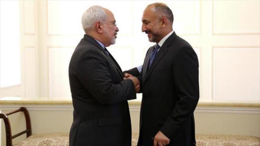 El canciller de Irán, Mohamad Yavad Zarif (izq.), y su homólogo afgano, Mohammad Hanif Atmar, reunidos en Teherán, capital persa.