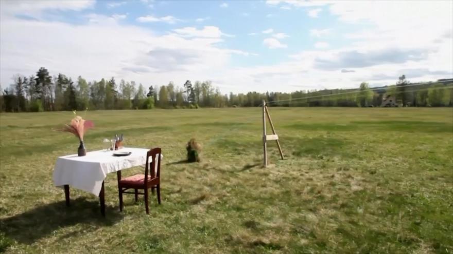 """Restaurante sueco enfrenta la pandemia con idea de """"una sola mesa"""""""