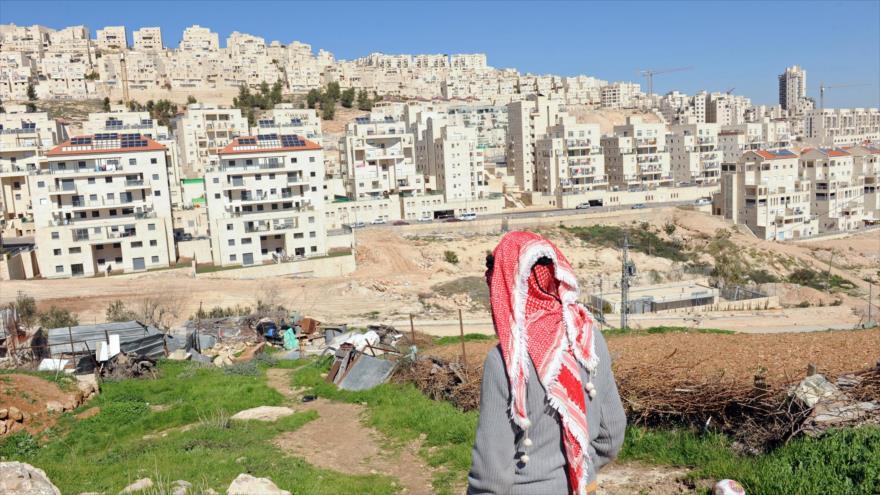 Un palestino mira los asentamientos ilegales del régimen israelí en la Cisjordania ocupada.