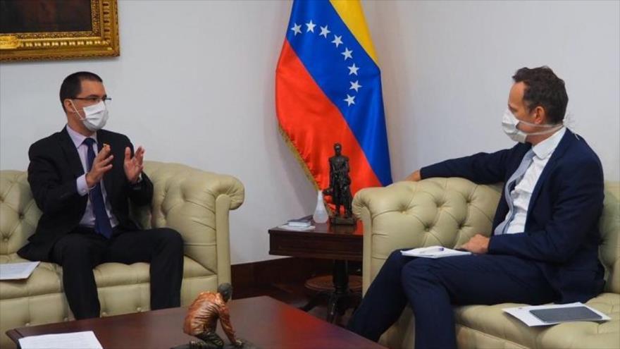 El canciller venezolano, Jorge Arreaza (izda), y el encargado de Negocios del Reino Unido en la nación caribeña, Duncan Hill, 14 de mayo de 2020.