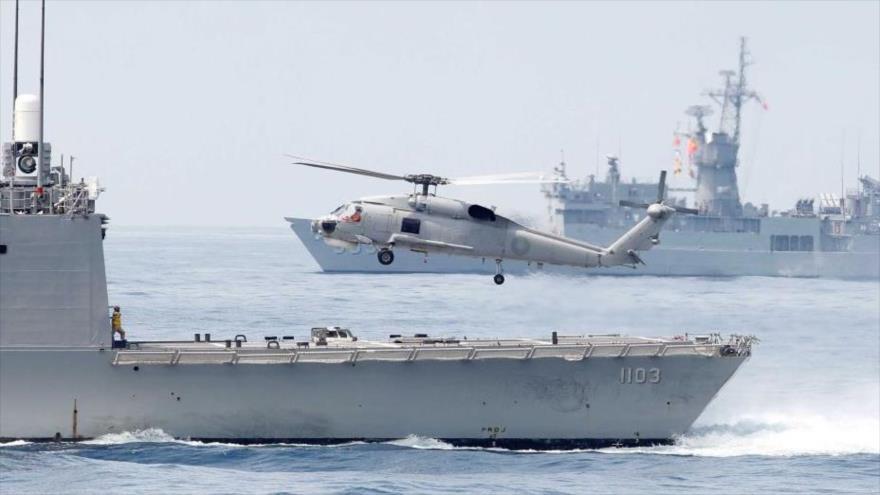 Un helicóptero S70 de la marina taiwanesa despega desde la popa de una fragata clase Perry durante un ejercicio naval, 22 de mayo de 2019.