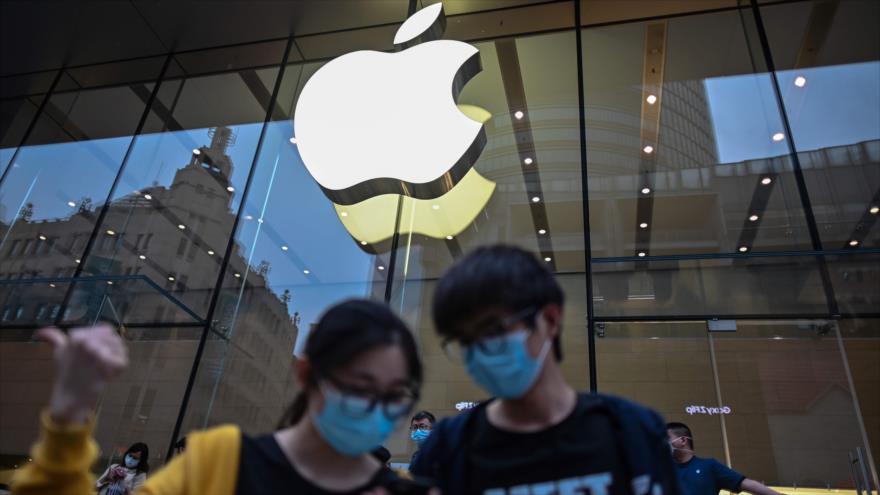 Clientes con máscaras protectoras en una tienda de Apple en la ciudad china de Shanghái, 1 de mayo de 2020 (Foto: AFP).