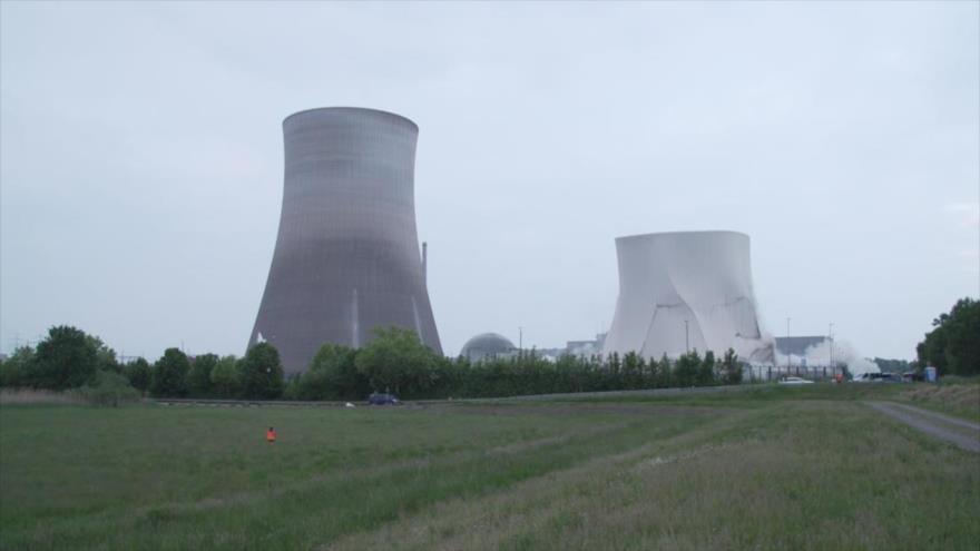 Demolición espectacular de torres de planta nuclear en Alemania