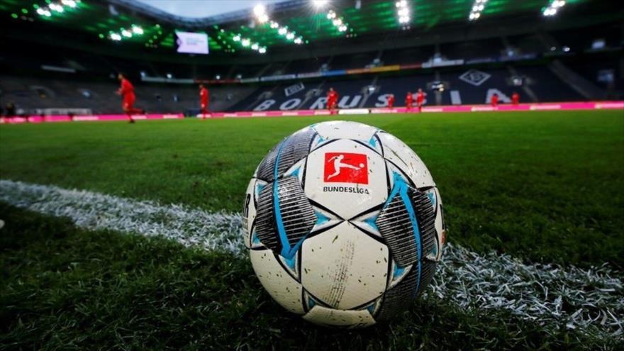 Un balón de fútbol marcado con el logotipo de la Bundesliga en el estadio del equipo alemán Borussia Dortmund.