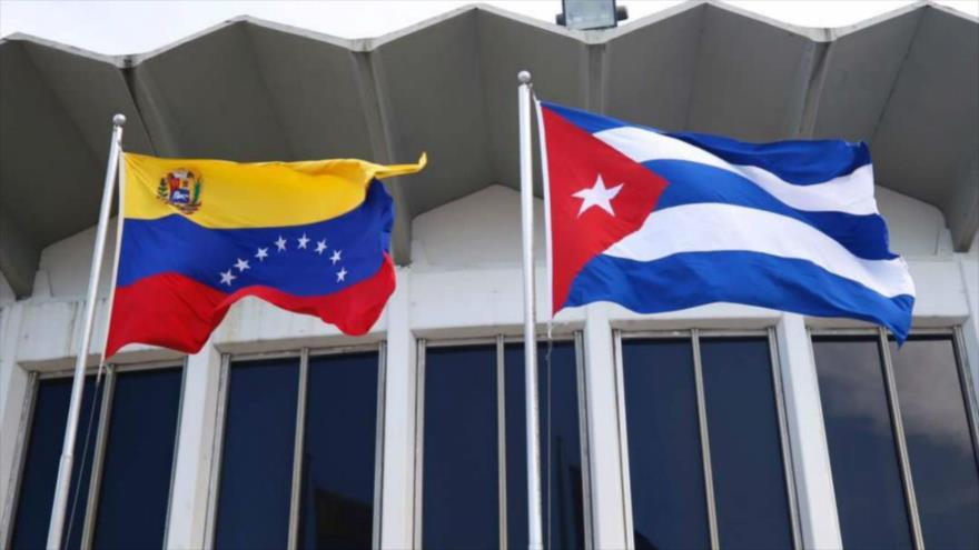 Las banderas de Venezuela (izda.) y Cuba.