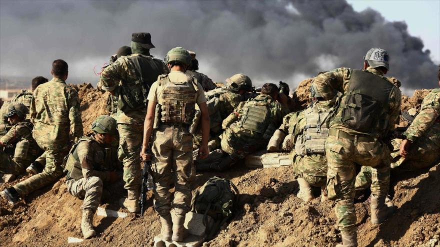 Soldados turcos en las afueras de la ciudad fronteriza de Ras al-Ain, en la provincia siria de Al-Hasaka.