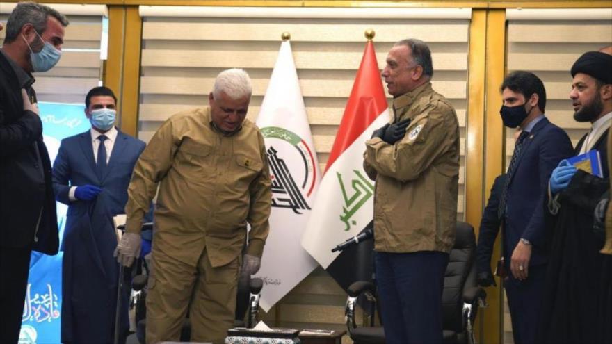 El premier iraquí, Mustafa al-Kazemi (dcha), vestido con la chaqueta de las Al-Hashad Al-Shabi, junto al líder de esta organización, Faleh al-Fayaz. 16 de mayo de 2020.