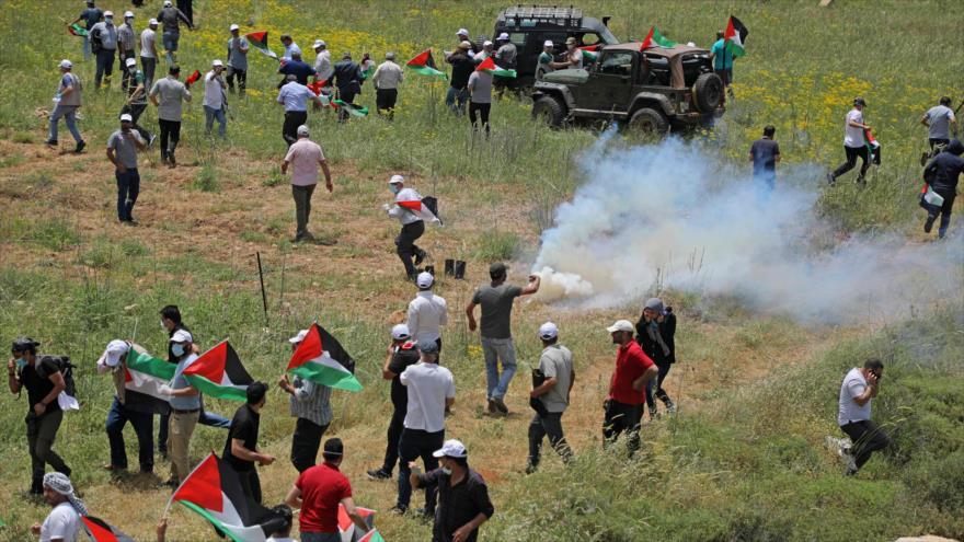 Palestinos protestan contra asentamientos ilegales mientras fuerzas israelíes disparan gases lacrimógenos, Nablus, 15 de mayo de 2020. (Foto: AFP)