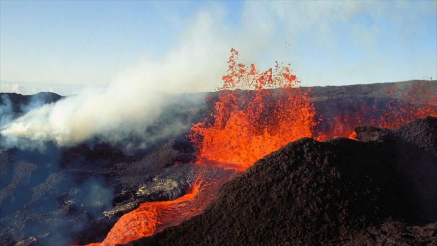 El volcán Mauna Loa, en la isla de Hawái (EE.UU.), expulsa lava por su cráter.